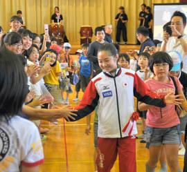 五輪女子体操代表鶴見選手に児童エール 母校・牧園小で壮行会 市原