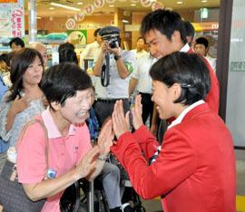 「メダルで稲毛元気に」 地元で五輪壮行イベント トライアスロン上田・細田選手