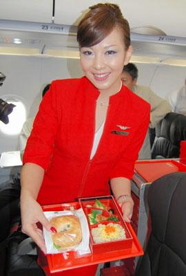 全日空とマレーシアの格安航空会社(LCC)エアアジアが出資し、成田空港... 制服と機内食お披露