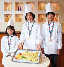 2018年07月05日(木)                                                                                                                                       「うなテリピザ」が金メダル 小学生が考案、ランチに登場 成田のホテルでコンテスト