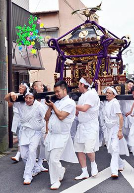 威勢良くみこしを担ぐ白装束の男衆ら。狭い路地など小見川中心部を練り歩いた... ちばとぴ ちばの