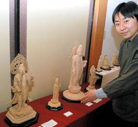 仏像彫刻の魅力を語る仏師の鈴木さん=8日、袖ケ浦市の喜光院 釈迦(しゃか...  ちばとぴ ちば