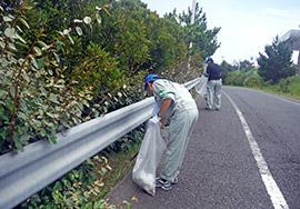 2018年06月23日(土)                                                                                                                                       有料道路の清掃に汗 「道の日」で千葉県道路公社