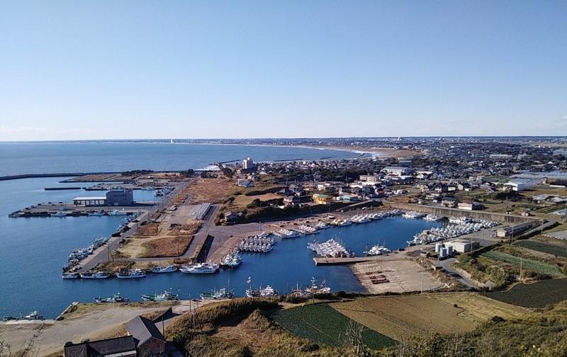 旭市の刑部(ぎょうぶ)岬から飯岡漁港や九十九里浜を望む。夕日の鑑賞スポットでもある