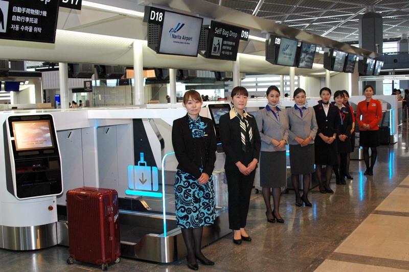 成田空港に登場した自動手荷物預け機。全日空、日航など複数の航空会社が使用する=2019年8月