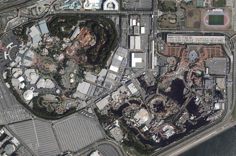 背中合わせで立地する東京ディズニーランド(左)と東京ディズニーシー(右)=オリエンタルランド提供
