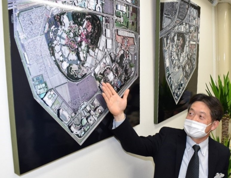 航空写真を見ながら当時の避難経路を振り返る田村さん=2月、オリエンタルランド本社