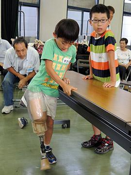 2021年05月12日(水)                                                                                   足の不自由な生活を体験 松戸で赤十字が子ども教室 義足装着歩行 ギプス包帯巻き