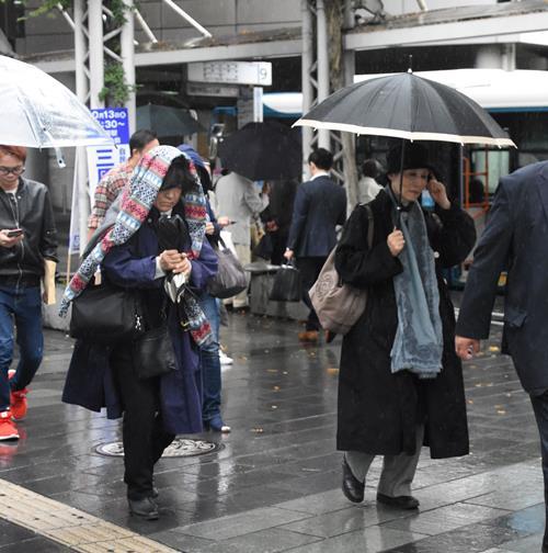 \u201c真夏\u201d一転\u201c初冬\u201d 千葉県内気温急降下 茂原31度→20.4度 2017年10月14日 0500  気温が上がらず雨が降る中、コートを着る女性ら=13日午後、千葉市中央区