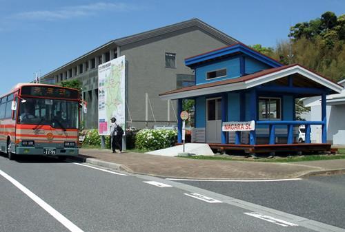 間伐材でログハウス風 長柄町役場前に「バス待合所」 | 千葉 ...