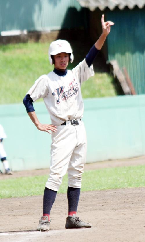 八千代西-市川昴 三塁コーチとしてナインを支えた八千代西の背番号1・稲葉=市川国府台