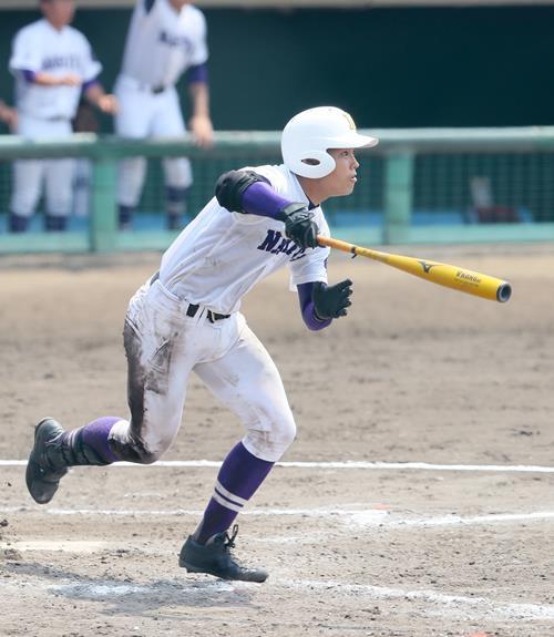 銚子商―成田 5回裏成田1死満塁、田宮が右中間へ3点三塁打を放つ=千葉県総合SC