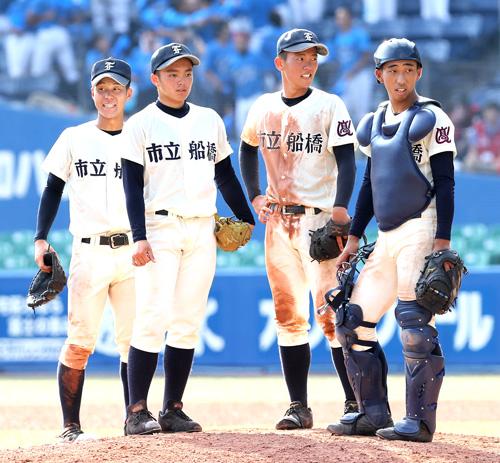 9回裏東京学館浦安1死三塁、マウンドに集まる市船橋・須藤(左から2人目)ら
