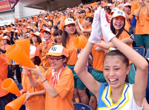 木更津総合高校が勝利を決め、喜びを爆発させる一塁側スタンドの生徒たち=25日、千葉市美浜区のZOZOマリンスタジアム