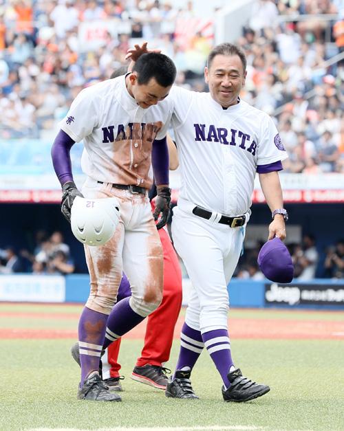 尾島監督(右)にねぎらわれる成田・田