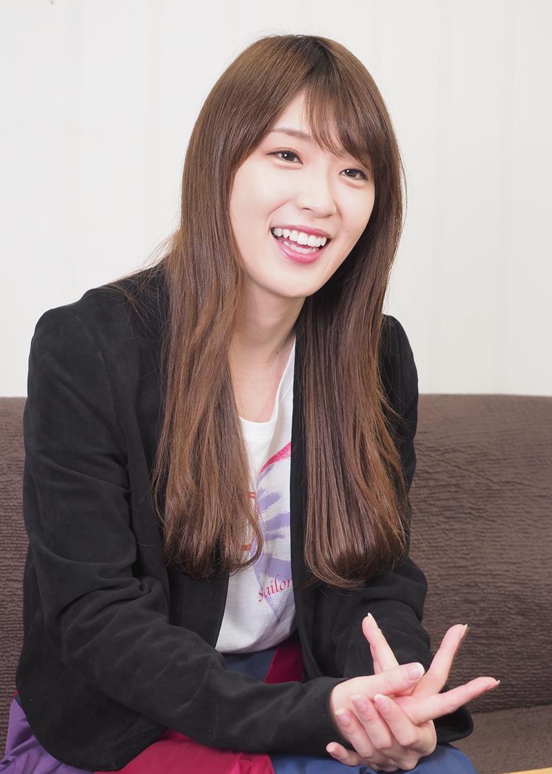 インタビューに応じる乃木坂46の高山一実さん