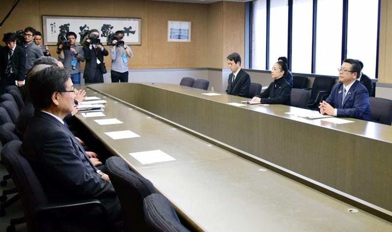 心愛さんの事件を受け、野田市役所を訪れた厚生労働、文部科学両副大臣ら=8日