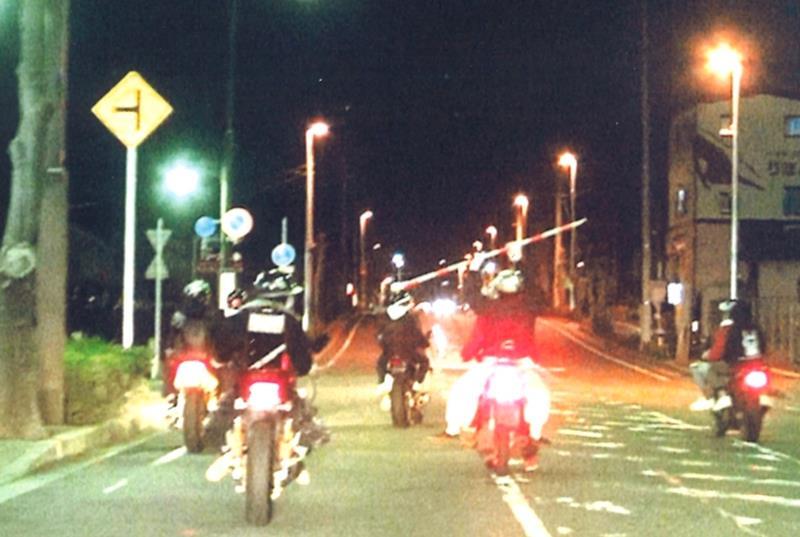 鎌ケ谷の路上バイクで暴走 少年13人摘発 | 千葉日報オンライン