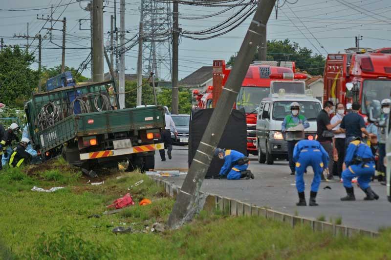 事故現場を調べる県警の捜査員ら。左端のトラックが小学生らの列に突っ込んだとみられる=28日午後5時20分ごろ、八街市八街は